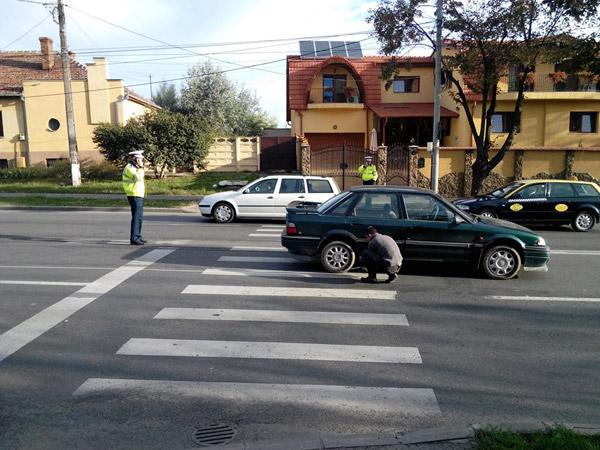 Bătrân lovit de o maşină pe trecerea de pietoni de lângă Economic