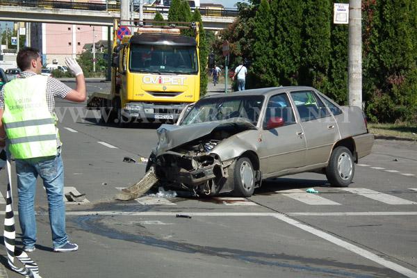Un Cielo a lovit un Mercedes pe strada Botizului (galerie foto)