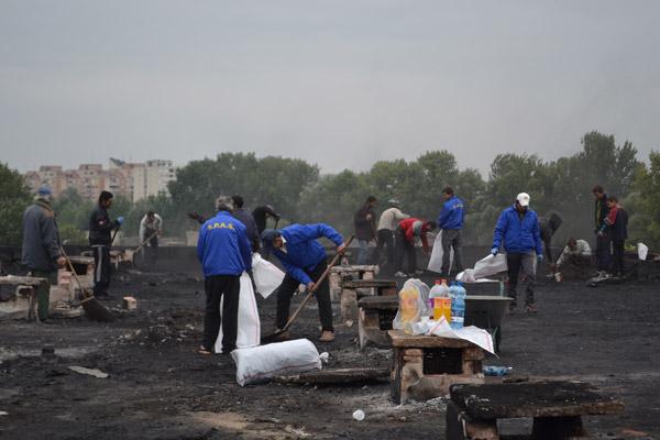 Continuă lucrările de curăţenie la blocul de pe Ostrovului, afectat de incendiu