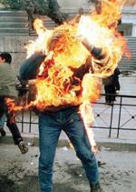 Şi-a dat foc pentru că părinţii nu i-au acceptat iubita