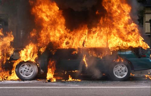 O mașină a ars complet la intrarea în Drăguşeni