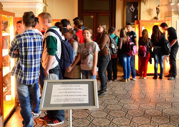 Sute de persoane au vizitat azi Castelul Karolyi din Carei