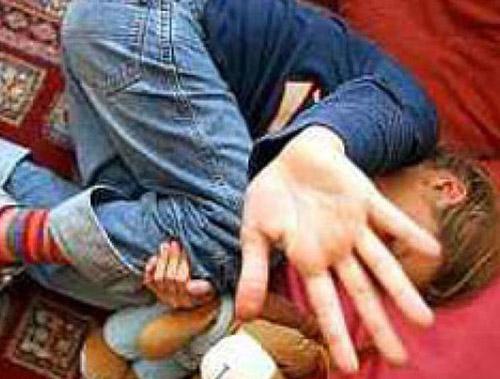 Copil bătut cu bestialitate de amantul mamei sale