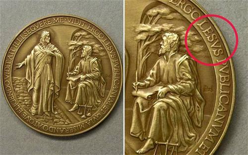 Vaticanul a emis 6.000 de medalii pe care numele lui Iisus a fost scris greşit