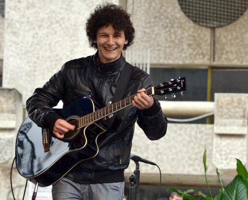 """Bogdan Bratiş: """"Vreau să dăruiesc lumii muzică şi ea să îmi dea mie bucurie"""""""