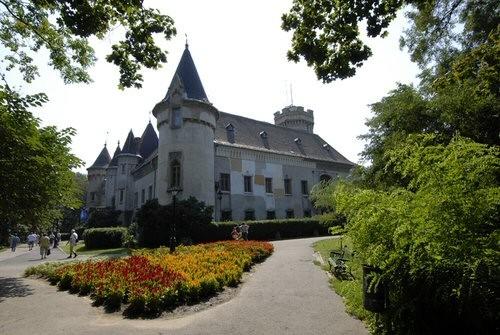 Luxul şi eleganţa saşilor din Transilvania, prezentate într-o expoziţie organizată la Carei