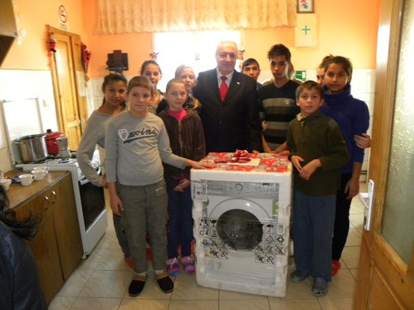 """Prefectul a oferit cadouri copiilor de la Casa de tip familial """"Orhidea"""" din Răteşti"""