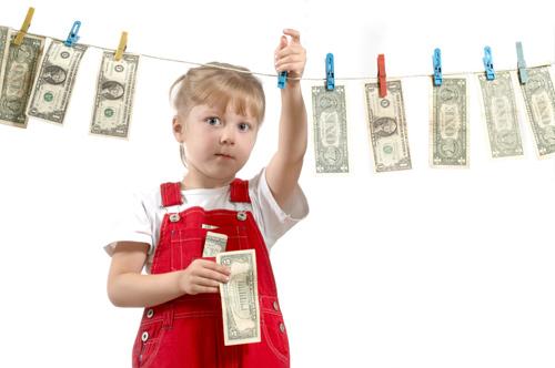 7 pași pentru a începe să-ți înveți copilul despre bani