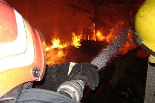 Hala unei fabrici de mobilă din Ardud, distrusă de flăcări