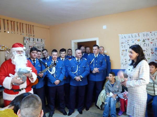 """Moşul jandarmilor a vizitat copiii de la Casa """"Maria"""""""