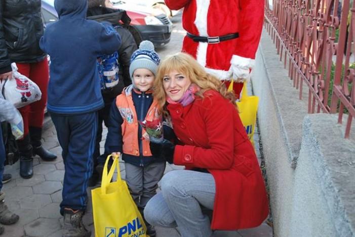 TNL Tăşnad şi Moş Nicolae au împărţit cadouri copiilor
