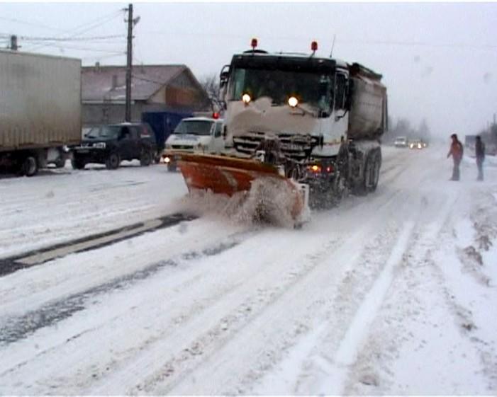 Drumurile judeţene au fost curăţate de zăpadă