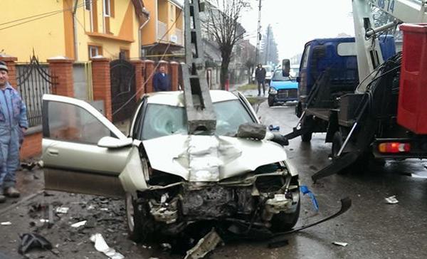 Accident pe strada Amațiului – patru mașini avariate și un stâlp de beton smuls de la loc (galerie foto)