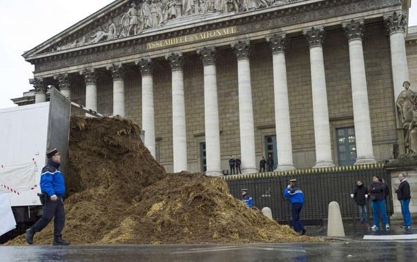 Un francez nemulțumit a basculat un camion de bălegar în fața Adunării Naţionale