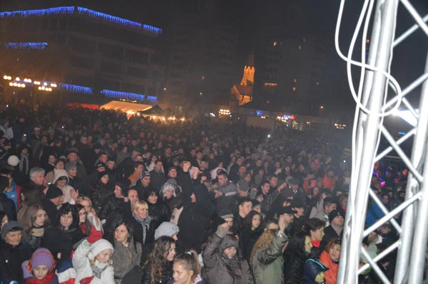 Mii de sătmăreni au petrecut Revelionul în Piaţa 25 Octombrie (galerie foto)