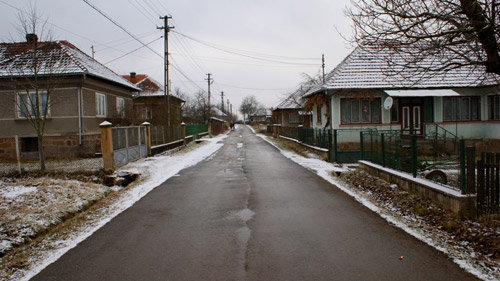 Graniţa dintre două judeţe, în mijlocul drumului