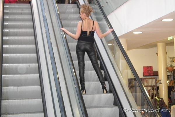 Prezentare de modă inedită, pe scările rulante din incinta Grand Mall Satu Mare