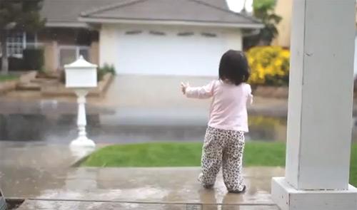 Fericire pură. Vezi cum reacționează o fetiță la prima ploaie din viața ei (video)