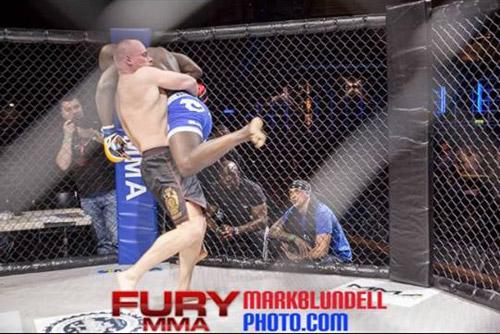"""Dacian Barbul şi-a făcut KO adversarul la Gala """"Fury MMA"""" din Londra"""