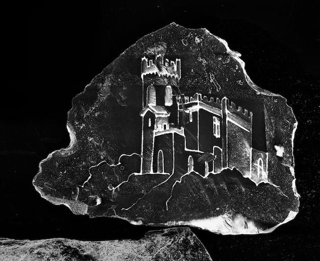 Vezi cum arată un castel gravat pe un grăunte de nisip