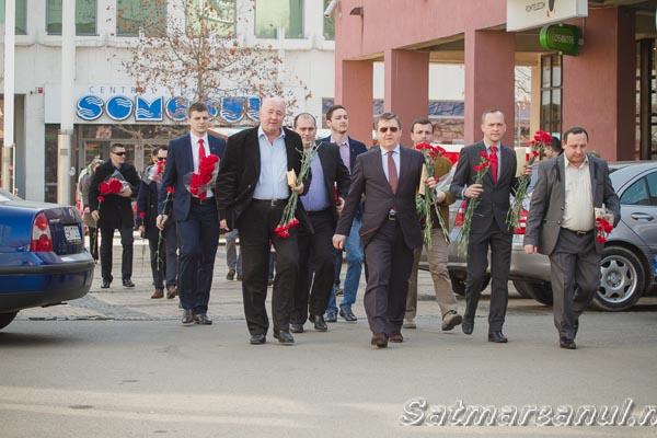 Social-democraţii au împărţit flori sătmărencelor (galerie foto)
