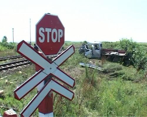 Camion lovit de tren în apropiere de Sătmărel