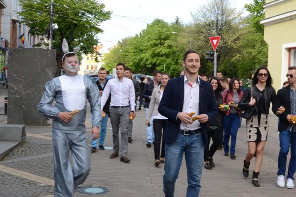 Tinerii social-democraţi au împărţit cadouri copiilor