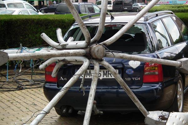 Un stâlp s-a răsturnat peste o maşină aflată în faţa Catedralei romano-catolice (galerie foto)