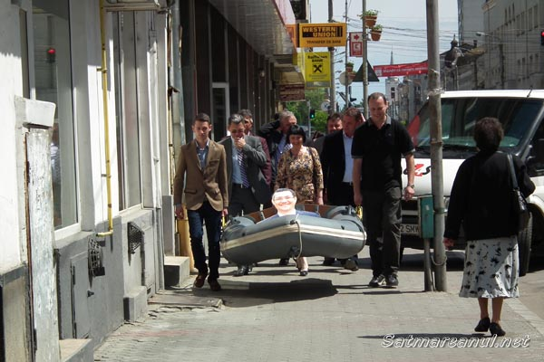 PDL-iştii au plimbat o barcă cu poza lui Victor Ponta prin centrul Sătmarului