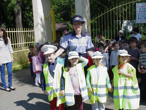 """Copiii de la Grădiniţele """"14 Mai"""" şi """"Guliver"""", poliţişti pentru o zi"""