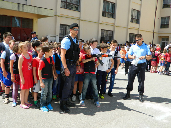 """Jandarmii în acțiune la Şcoala """"Avram Iancu"""" din Satu Mare"""