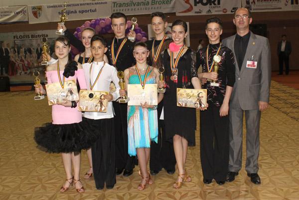 """Opt medalii pentru """"Royal Dance Club"""" Satu Mare la """"Cupa Floris"""" de la Bistriţa"""