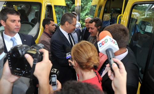 Primarii din Odoreu şi Racşa au preluat cheile microbuzelor şcolare de la premierul Victor Ponta