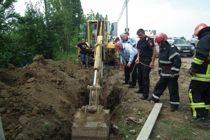Un mal de pământ s-a surpat peste un muncitor (galerie foto)