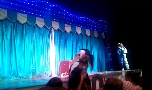 VIDEO: Vezi cum a fost mușcată de șarpe fetița de 12 ani la circul Belluci