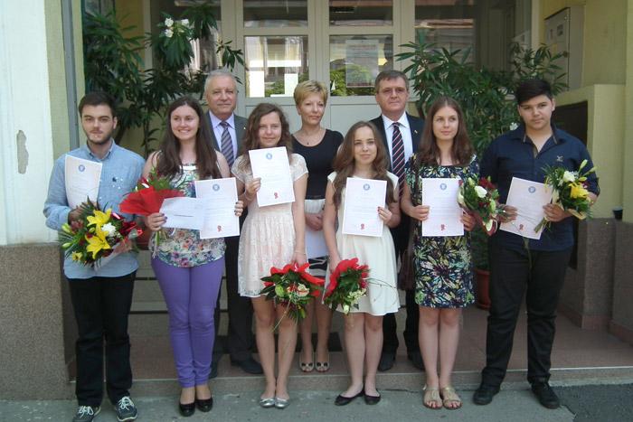 Candidaţii care au obţinut media 10 la Evaluarea Naţională şi la Bacalaureat, au fost premiaţi de Guvernul României