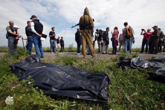 Rebelii îşi bat joc de cadavrele victimelor accidentului aviatic din Ucraina