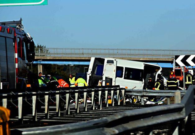 Șase români au murit într-un accident în Italia. Microbuzul a fost condus de un sătmărean