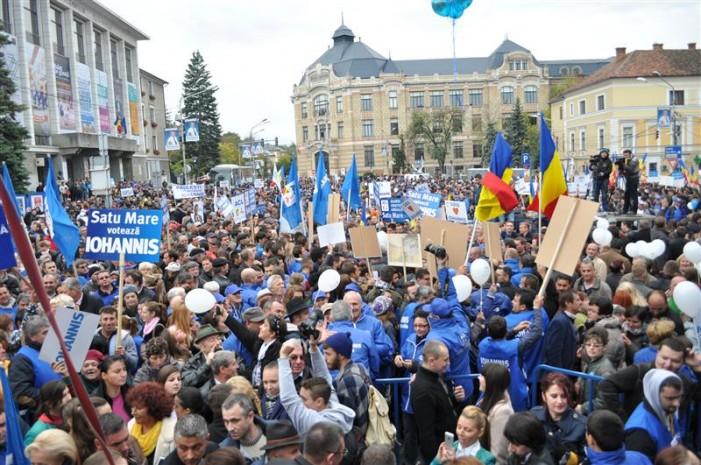 Iohannis la Cluj. Peste 20.000 de susţinători prezenţi în Piaţa Lucian Blaga
