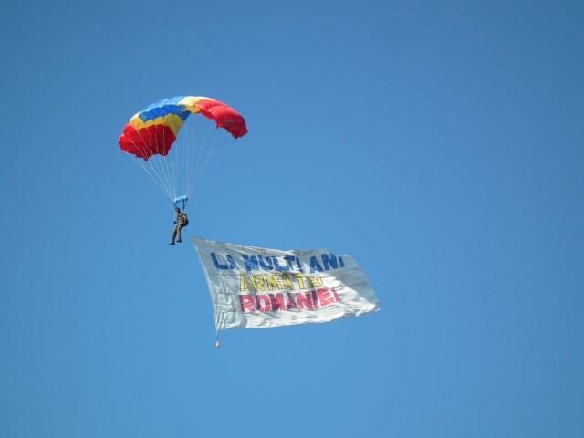 Drapelul României adus la Carei de doi parașutiști