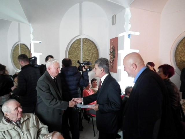 """Ministrul Apărării Naționale, Mircea Dușa, a premiat """"cuplurile de aur"""" din Satu Mare"""