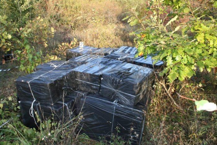 Mii de pachete de țigări abandonate în apropierea frontierei. Ce spun oamenii legii