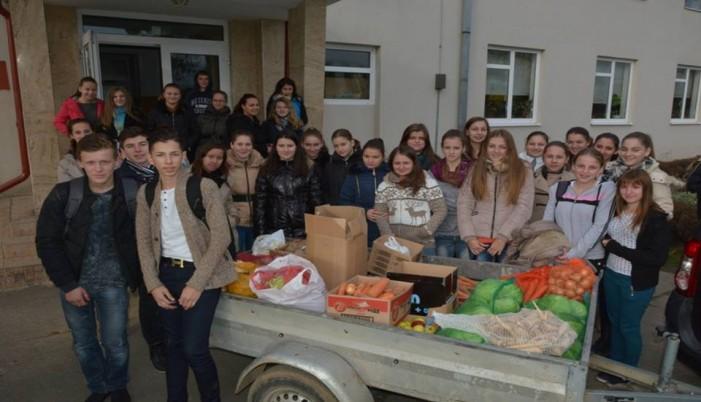 """Voluntarii SNAC de la Liceului Tehnologic """"Ionită G. Andron"""" au donat legume, fructe şi alimente"""