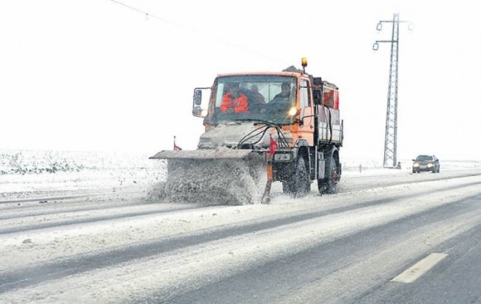 Zeci de utilaje de deszăpezire au curățat drumurile din județul Satu Mare