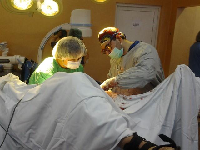 Implantul protezei de revizie la articulația genunchiului, operație în premieră la Satu Mare