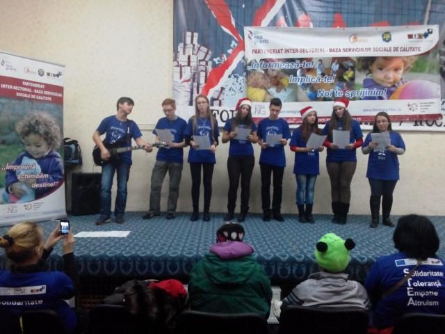 """Zeci de pachete cu bunătăți au ajuns de sărbători la beneficiarii Asociației """"Stea"""""""