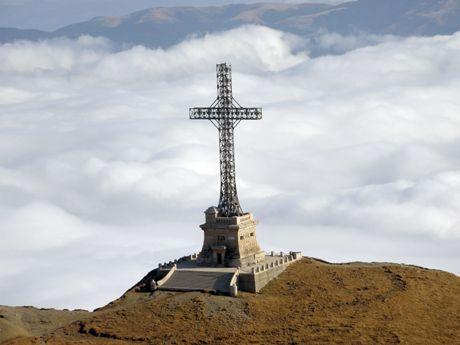 Crucea Caraiman, cea mai înaltă cruce din lume amplasată pe un vârf montan