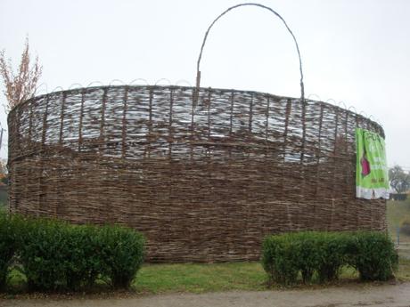 Cel mai mare coş împletit din lume, a fost realizat în România