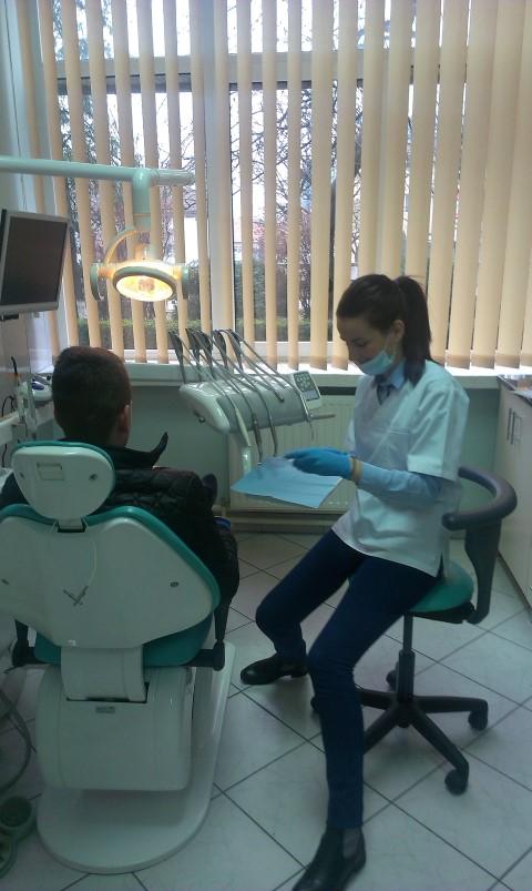 """Elevii Colegiului Tehnic """"UNIO-Traian Vuia"""", consultați de un medic stomatolog"""