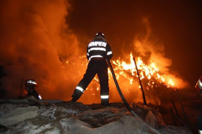 Casă din Vetiș, distrusă de flăcări